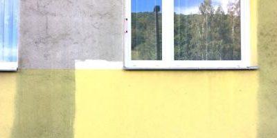 Mytí tlakovou vodou ničí fasády. Majitelé domů to nevědí